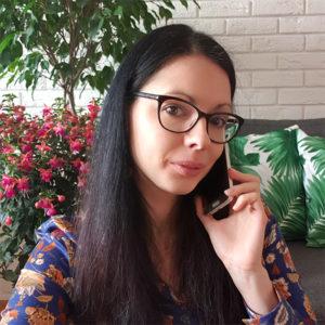 Paulina rozmawia przezsmartfon, wtle kwiaty
